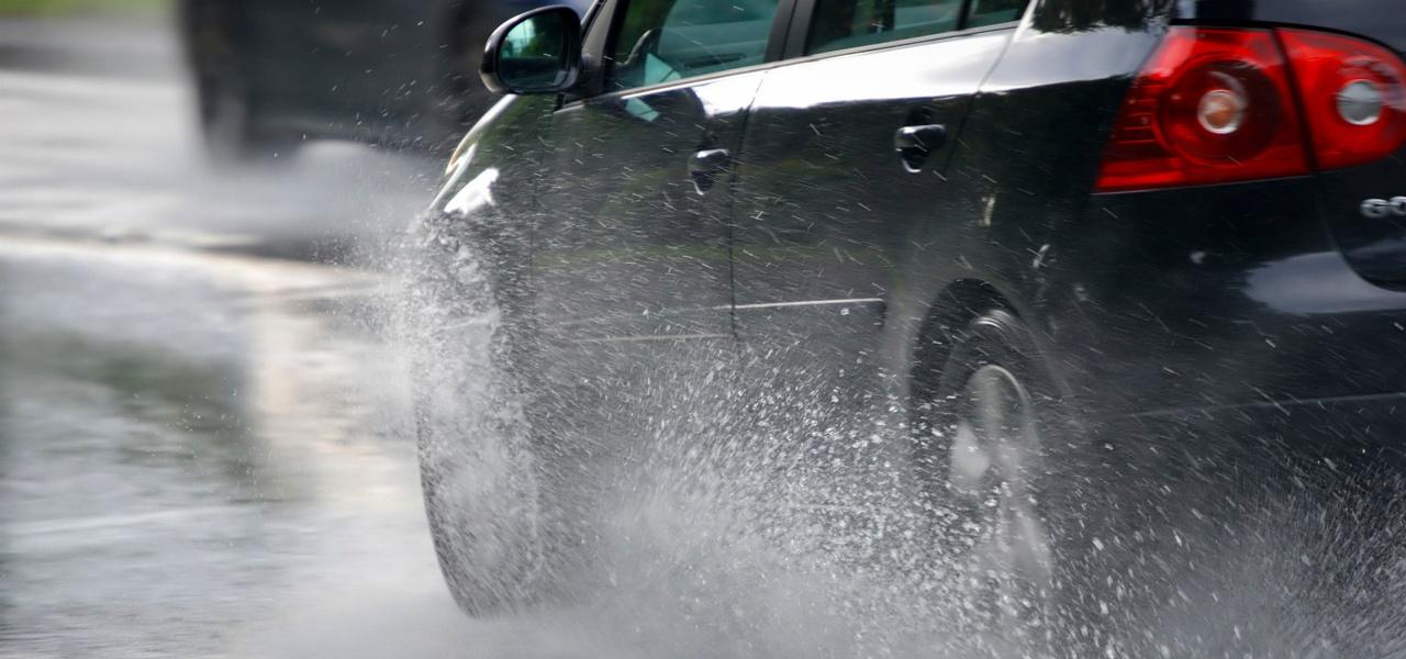 Lluvia y carreteras lisas, ¡Prepara tu vehículo!.jpg