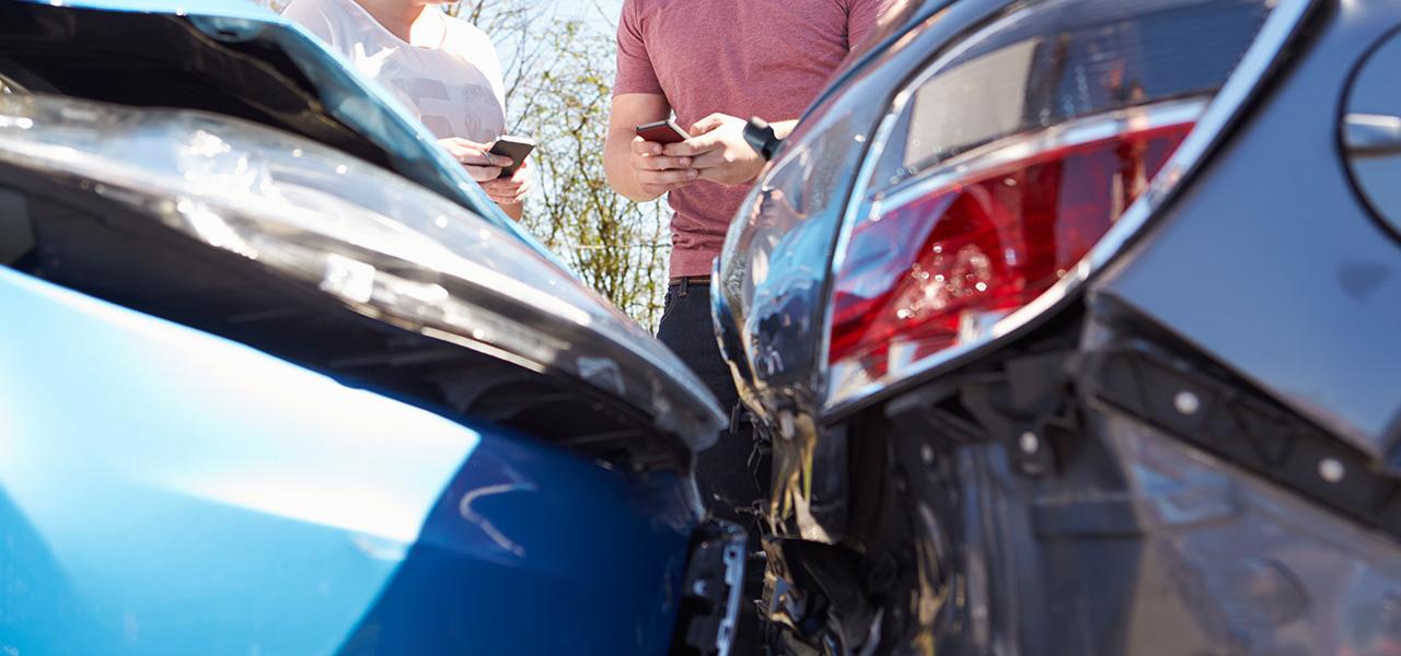 ¿Qué hacer si chocas un vehículo estacionado?